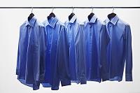 物干しバーに吊る青色のシャツ