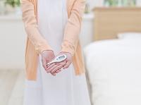 体温計を持つ看護師