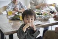 手巻き寿司を食べる日本人男の子