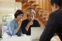 投資の相談をする日本人中年夫婦