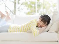 ソファに寝そべる日本人女性