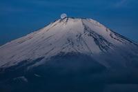 残雪の富士山と月