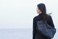 海を見つめる女子高生