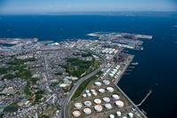 石油化学コンビナート(千鳥町、豊浦町)より東京湾と横浜港