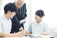 先生に勉強を教わる看護学生