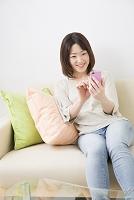 スマートフォンを操作するミドル日本人女性