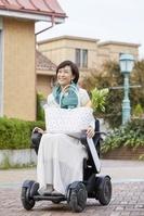 電動車いすで買い物に出かける日本人女性