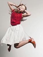 ジャンプしながら叫ぶ女の子