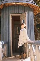 戸の前で微笑む女性
