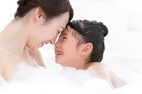 泡風呂に入る笑顔の日本人親子