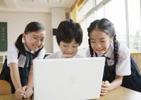 パソコンを見る小学生