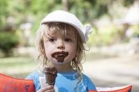 チョコレートアイスを食べる子供