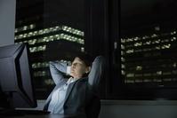 残業で疲労を抱える日本人ビジネスウーマン