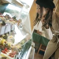 ケーキを選ぶ日本人女性