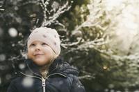冬のコートを着た女の子