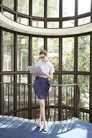ロビーでパソコンを操作する外国人ビジネス女性