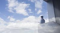 空を眺めるビジネスマン