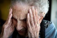老人保健施設に 顔を覆う外国人老婦人