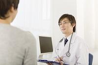 患者と話す日本人の医師