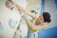 ボルダリングをする日本人女性