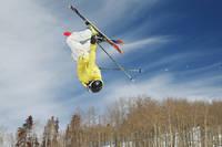 フリースタイルスキーをするスキーヤー