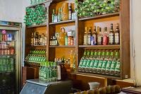 キューバ トリニダー バー「ラ・カンチャンチャラ」 ラム酒の瓶