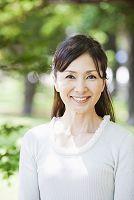 笑顔の50代の日本人女性