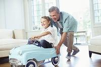 車のおもちゃで遊ぶ父子