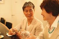 晩酌する日本人のシニア夫婦