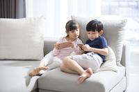 ソファでくつろぐアジア人の子供