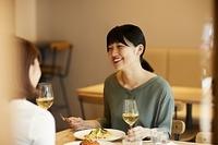 レストランで食事をする日本人女性