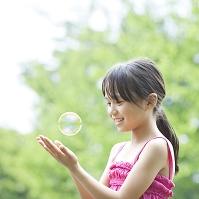 シャボン玉を見つめる日本人の女の子