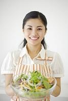 サラダを持つ若い日本人女性