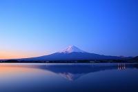 山梨県 朝日に染まる富士山と湖面に映る逆さ富士