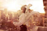 風を感じる外国人女性