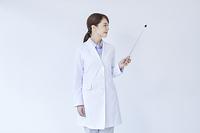 指し棒を持つ白衣の研究員