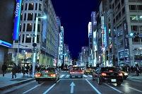 東京都 夜の中央通り銀座五丁目交差点
