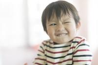顔をしかめる日本人の男の子
