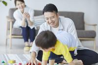 リビングで遊ぶ日本人家族