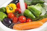 キッチンのシンクで洗う野菜
