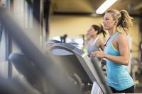 ランニングマシンで運動する女性スポーツジムで走る女性