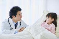 病室を回診する日本人医師