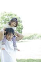 公園で肩車する日本人親子