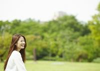 公園の若い女性
