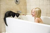 お風呂に入る外国人の子供と猫