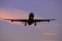 着陸するエアバスA340旅客機 夕景