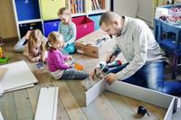 子供部屋で過ごす親子家具を組み立てる親子