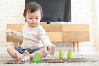 おもちゃで遊ぶ日本人の男の子