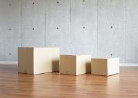 コンクリートの壁と段ボール箱