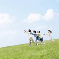 走る日本人の子供